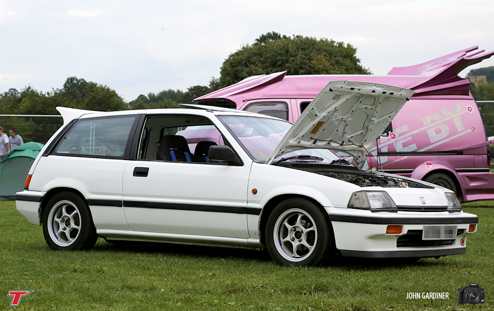 A clean 3rd Gen civic sitting in front of a pink bosozoko van.